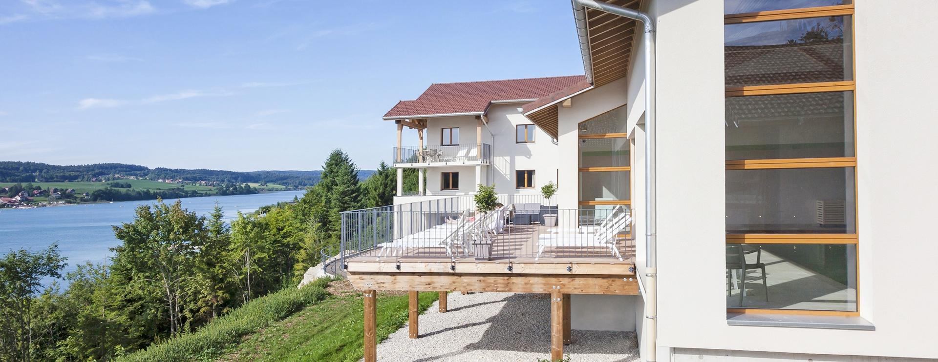 Terrasse solarium hôtel spa Doubs Les Rives Sauvages